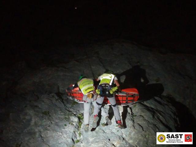 Esercitazione notturna sulla parete Nord del Monte Procinto per la Stazione Querceta del Soccorso Alpino Toscano