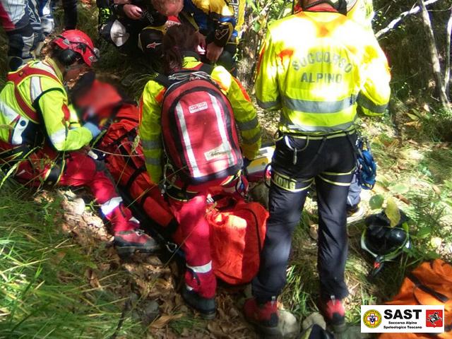 La stazione di Lucca del Soccorso Alpino Toscano è intervenuta per soccorrere un motociclista ferito a Lupinaia