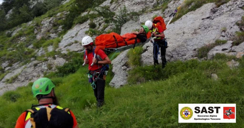 La Stazione di Carrara del Soccorso Alpino Toscano impegnata in esercitazione nella zona delle Guglie della Vacchereccia