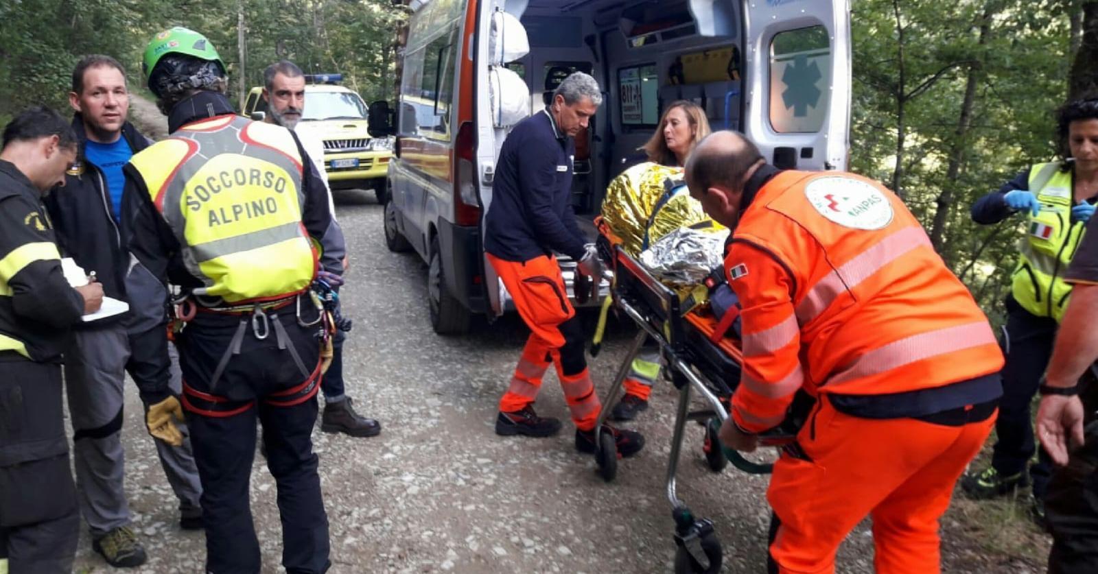 Intervento congiunto Soccorso Alpino Toscano e Vigili del fuoco per il recupero di una cercatrice di funghi infortunata nei boschi di Pelago (Fi)