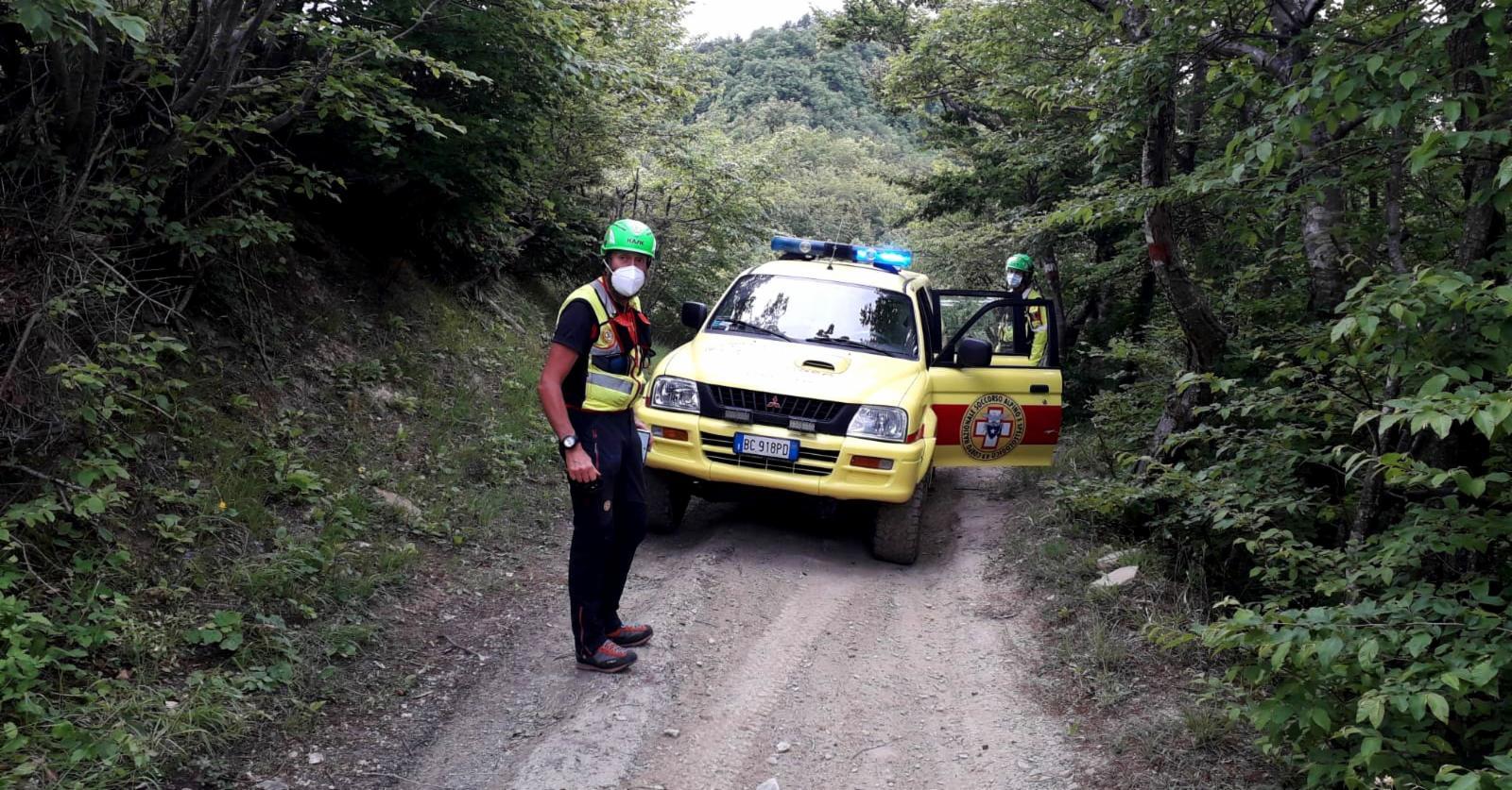 Intervento di recupero di un motociclista colto da malore nel bosco per i tecnici del Soccorso Alpino Toscano della Stazione Monte Falterona